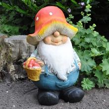 932153-Pilzenmann-Gartenzwerg-Pilze-sammeln-gross-1.jpg
