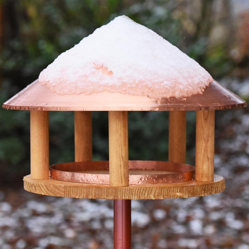 930126-VOSS-garden-Vogelhaus-mit-hochwertigem-Kupferdach-Schneebedeckt.jpg