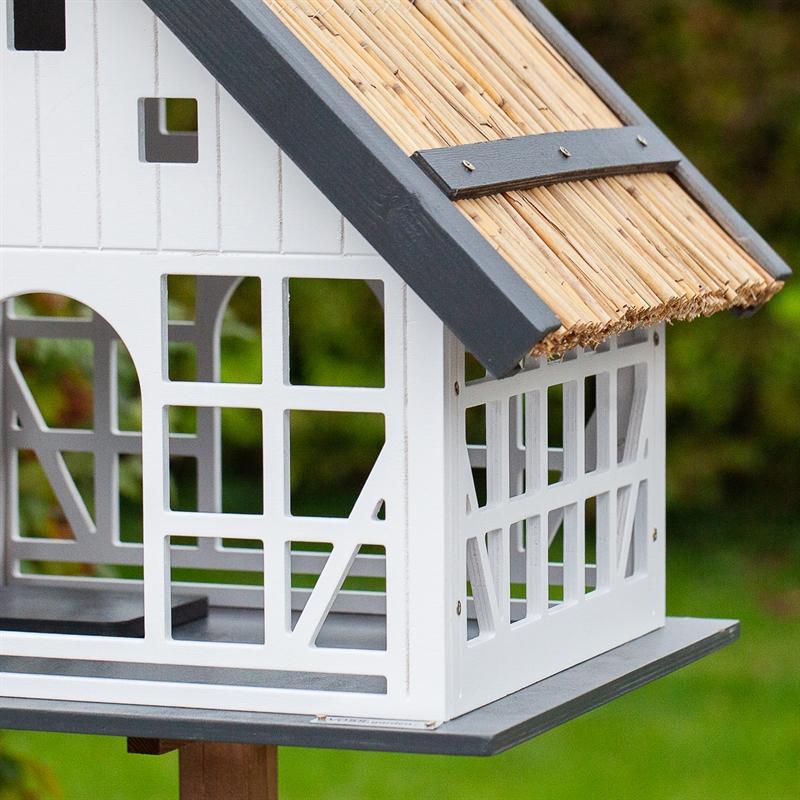 930362-voss-garden-fachwerk-vogelhaus-mit-reetdach-sehr-ansprechend.jpg