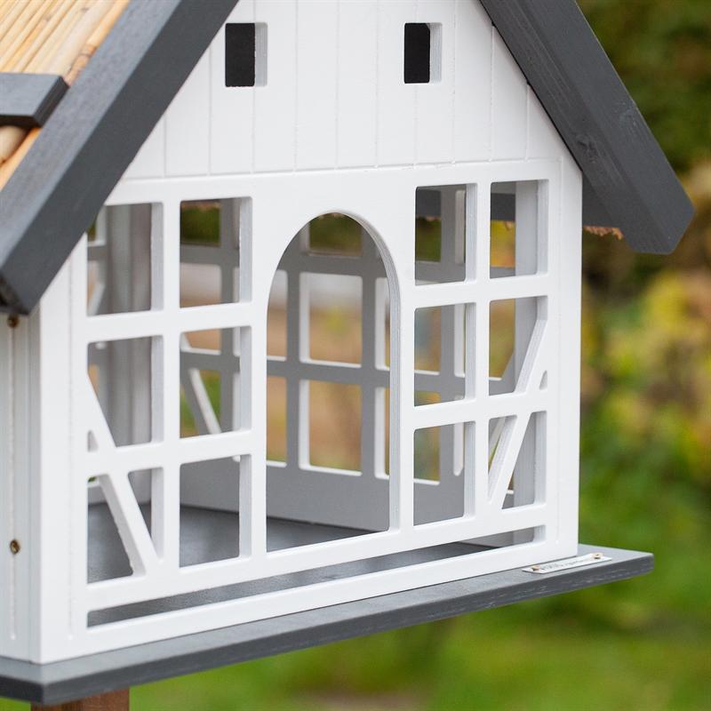 930362-voss-garden-fachwerk-vogelhaus-vogelstation.jpg