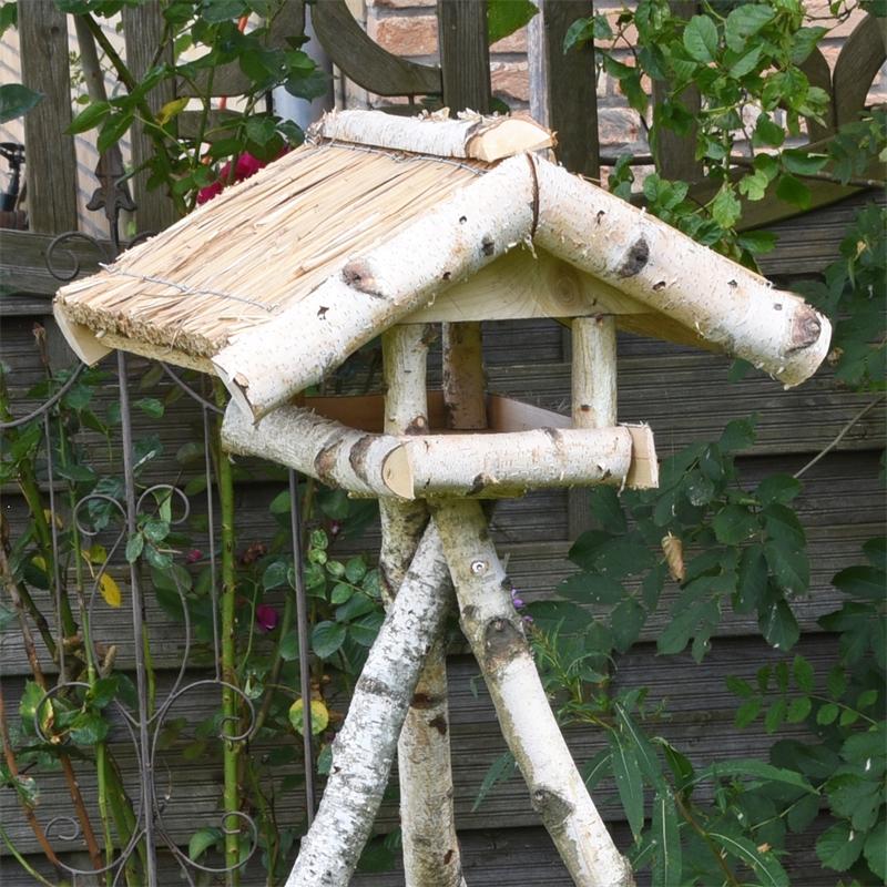 930430-voss-garden-vogelhaus-mit-reetdach-und-birkenstaender.jpg