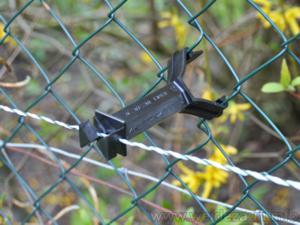 Der Isolator wird mit wenigen Handgriffen in den Zaun befestigt.