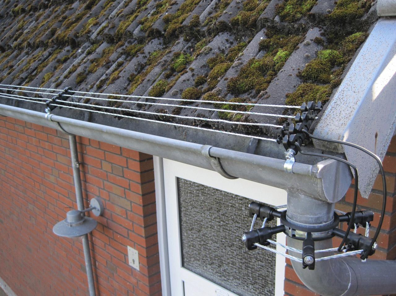 Isolator zur Abwehr von Mardern, wird an die Dachrinne geklemmt.